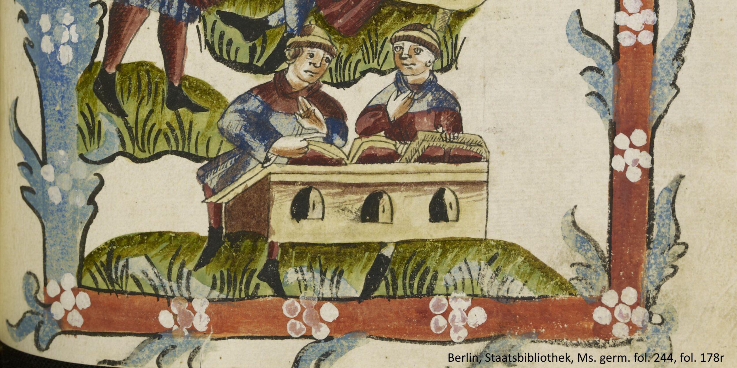 ZWei Männer vor einem Schreibtisch mit aufgeschlagenen Büchern sitzend.